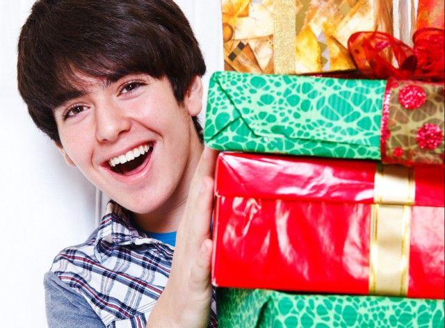 Чим порадувати улюбленого брата в день його народження?