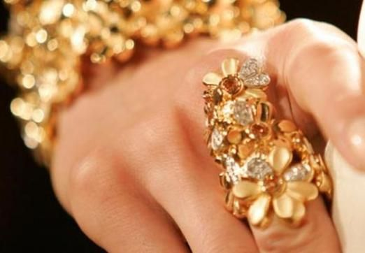 До чого сняться золоті прикраси?