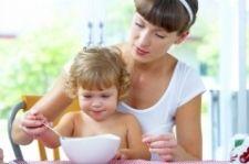 Як навчити малюка є самому