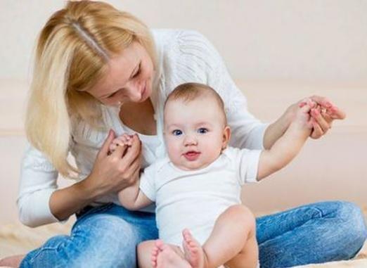 Як навчити дитину сідати?