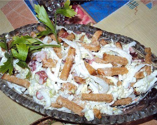 Салат з курячою грудкою і сухариками